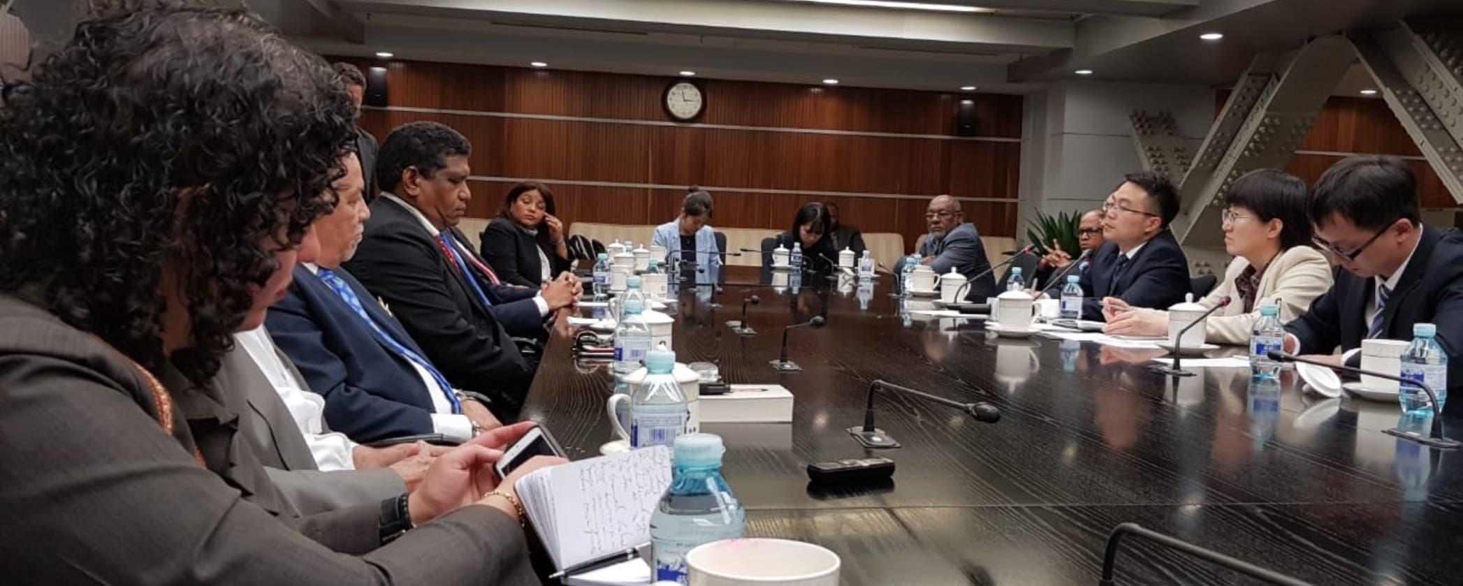 Periodistas de República Dominicana que visitan China mientras reciben detalles de autoridades   sobre las relaciones entre los  países.   fuente externa