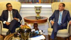 Rubén Maldonado y Reinaldo Pared Pérez durante el anuncio del fin de las negociaciones.