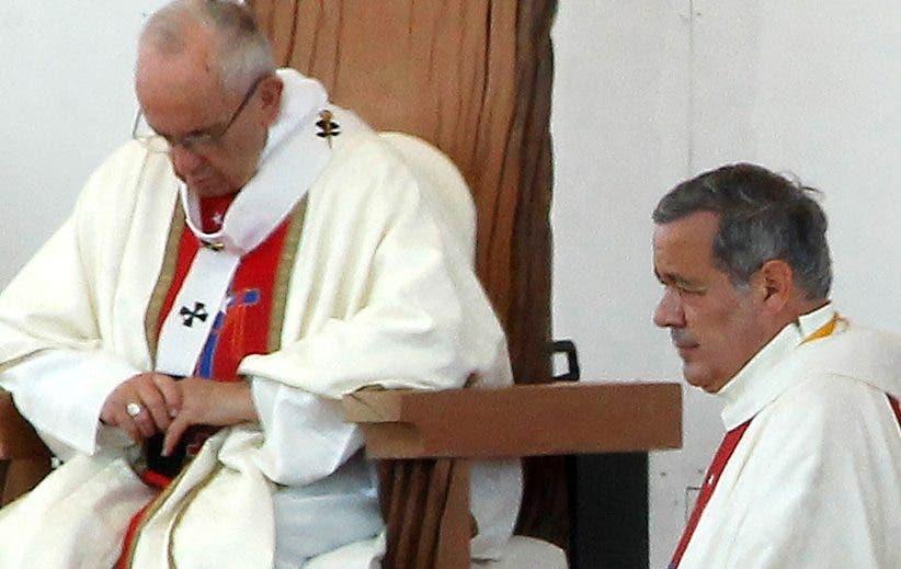 El papa Francisco junto al cardenal chileno Juan Barros.  AP  -   / AFP / Claudio Reyes