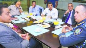 El mayor general Ney Aldrin Bautista Almonte cuando participa en el Coloquio con un equipo de periodistas encabezado por el director José Monegro, en el que abordó diferentes temas del acontecer nacional. elieser tapia