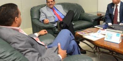 Fernando Reyes e   Iván Espinal, en visita   al director de EL DÍA, José P. Monegro  .  Jorge González.