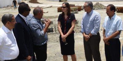 El ministro José Ramón Peralta recorrió el    proyecto  junto a  la embajadora.    fuente externa