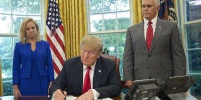 Momento en que Trump firma decreto en la Casa Blanca para no separar a familias migrantes.