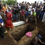 Vecinos y parientes despiden  a la familia Pavón en el cementerio Milagro de Dios .  AP