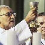 El papa fue representado por dos sacerdotes en Chile.