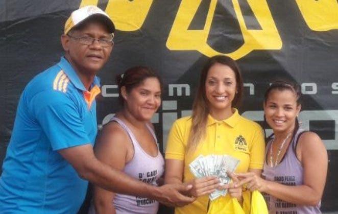 Equipos campeones junto al presidente de Fevosa, José Aybar, y Carolina Hernández.