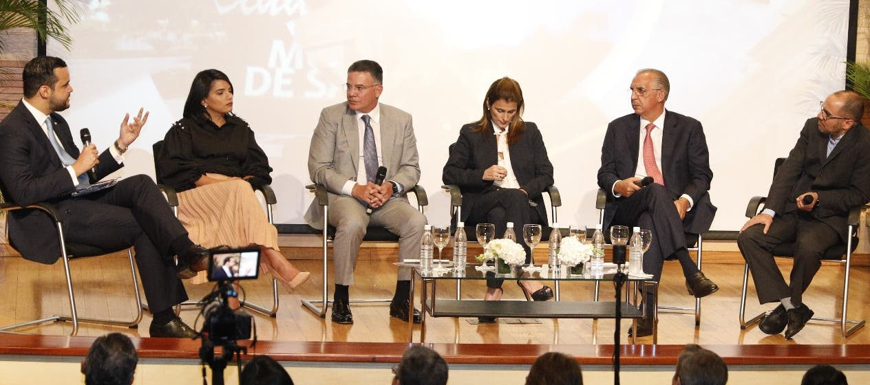 Empresarios y emprendedores participan en foro.  Fuente externa