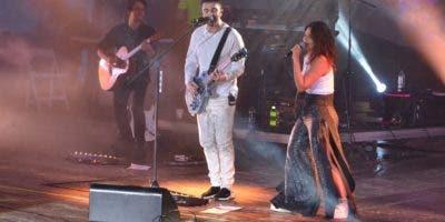 """Los artistas Juanes y Techy Fatule mientras interpretaban a dúo el éxito """"Fotografía""""en concierto respaldado por sus fanáticos.  fuente externa"""