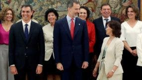 El rey Felipe VI toma juramento a los nuevos ejecutivos.