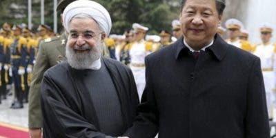El presidente iraní, Hasan Rohaní, junto a Xi Jinping.  AP
