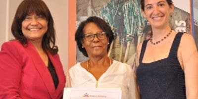 Eva Carvajal, Cándida Guzmán y Carolina Mercado, en la entrega del reconocimiento.
