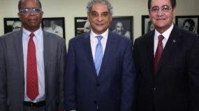 Odalís G. Pérez, Hugo Suriel e Iván Grullón Fernández  durante la publicación.