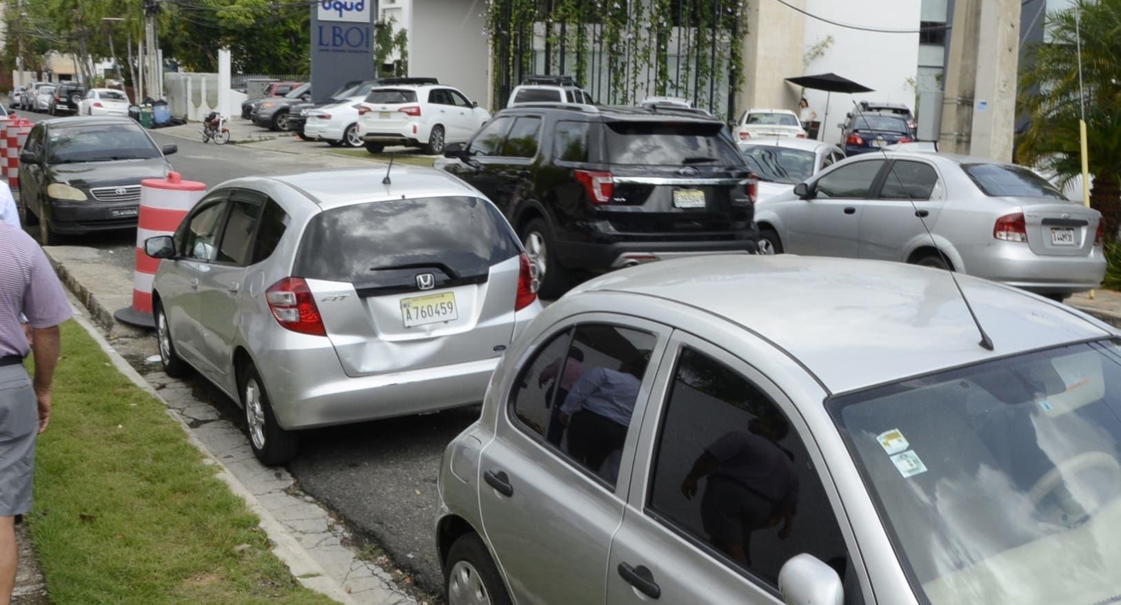 En la calle  Profesor Emilio Aparicio     con la calle Juan García Bonnelly  la congestión es palpable  . FOTO JOSE DE LEÓN.