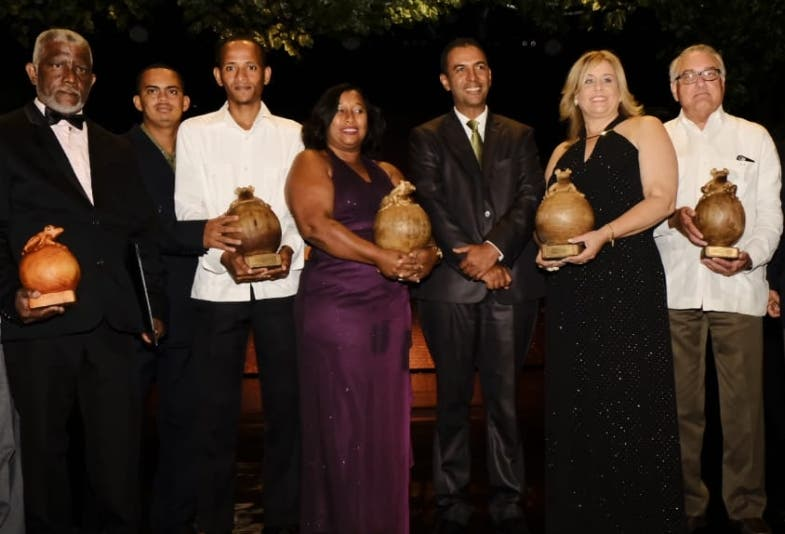 Domingo Contreras  junto a los ganadores de los premios.