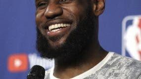 LeBron James es reclamado por fans de muchos equipos.AP