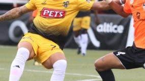 César González, de Moca, avanza con el balón.
