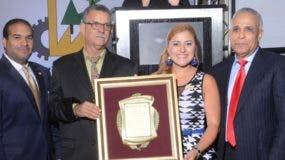 Rubén Bonilla y  Tatiana Rodríguez  reconocen a Sergio Radhamés Reyes y  José Joaquín Suriel.