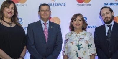 Delma Reyes, William Read, Antonia Subero y Mateo Lleras, en el lanzamiento de la nueva tarjeta.