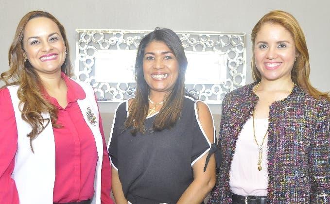 Austarti Peña, Raysa Hernández y Nathali Senior  durante el diplomado.
