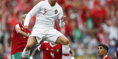 Cristiano Ronaldo ejecuta de cabeza para anotar su gol.  AP