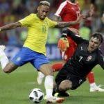 El brasileño Neymar, a la izquierda, intenta disparar al portero de Serbia Vladimir Stojkovic durante el partido.  AP