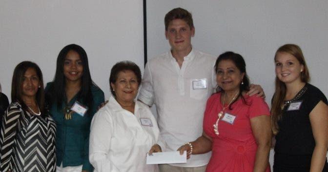 Rosamery Hernández, Ana Deñó, Raysa Gil, Till Pröpsting, María Palacios y Franziska Poppick, durante  el concurso.