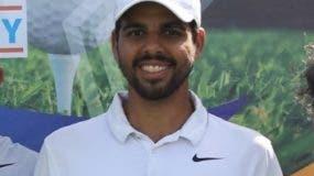 Radhamés Peña muestra la copa de campeón de golf