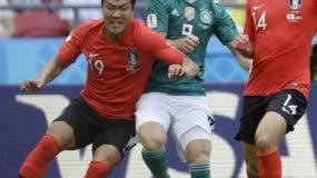 Kim Young-gwon ejecuta ante la defensa alemana, para producir uno de los dos goles de Corea del Sur ayer. AP