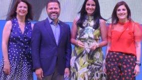 Sandra Jacobo, Eduardo A. Cruz, Aura Paulino y Diomares Musa  durante la premiación.
