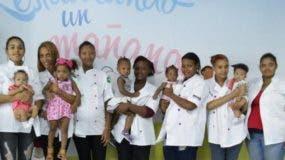 Jóvenes con sus hijos y otras embarazadas que forman parte de la Fundación.