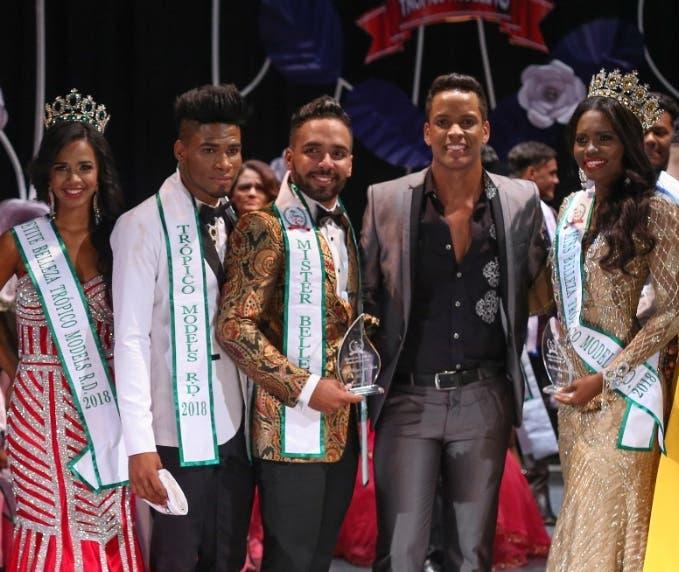 Los ganadores de este año  reciben sus trofeos.
