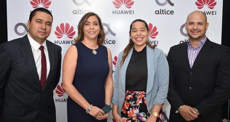 Antonio Ríos, Ángela Ventura, Angelina Martínez  y Nazir Yapour presentaron los nuevos modelos.
