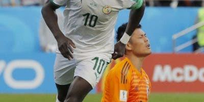 Sadio Mané, de Senegal, se pasea por el estadio tras un gol. AP