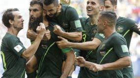 Mile Jedinak, segundo desde la izquierda, celebgra gol. AP
