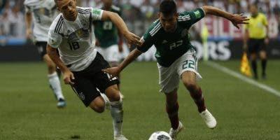 Hirving Lozano, de México, inicia un ataque durante el histórico partido ayer contra la selección  de Alemania.  AP