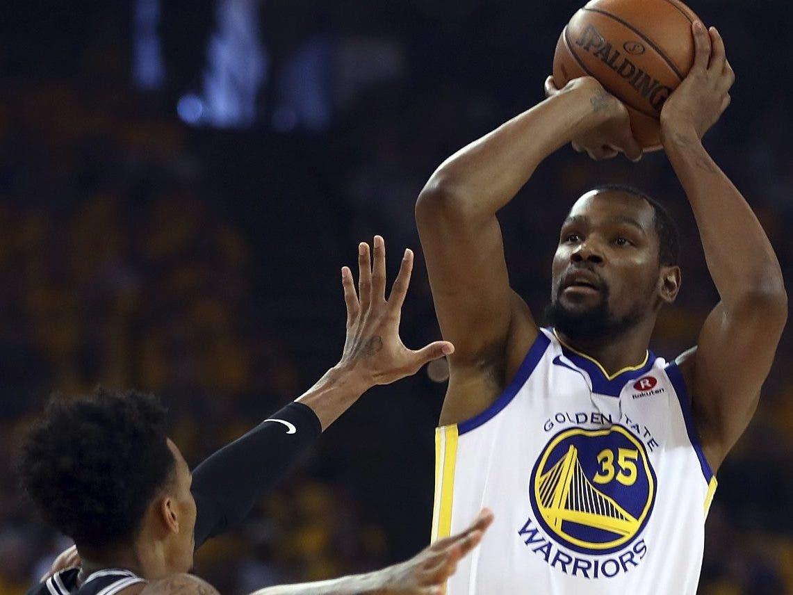 Kevin Durant podría firmar un contrato histórico con Golden State este año.  A P