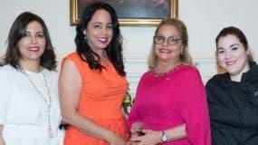 Rosa Hernández junto a colaboradoras del libro.