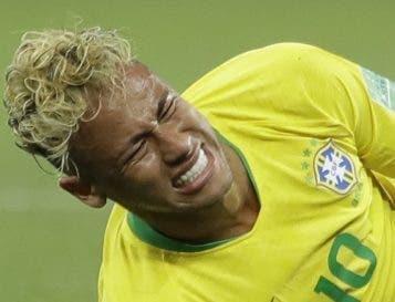 Neymar desafía el dolor para jugar con Brasil.