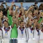 La selección de Alemania, campeona del pasado mundial, celebra su victoria al  unísono.