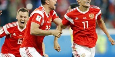Ahmed Fathy celebra con sus compañeros al marcar gol. AP