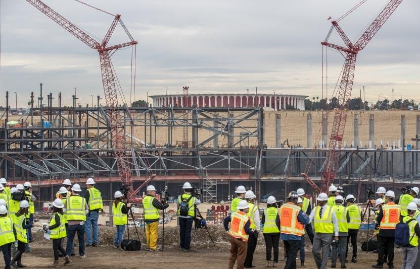 Ingenieros y obreros laboran en el futuro estadio de los Rams.