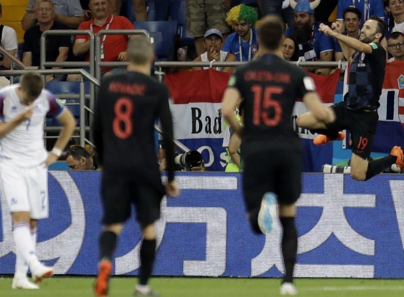 Milan Badelj, derecha,                                                                       festeja con sus compañeros al marcar un gol ayer.  AP