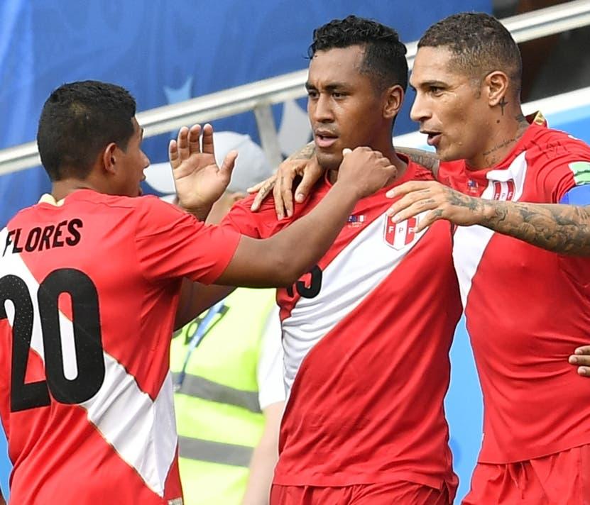 Paolo Guerrero, derecha, celebra al marcar el gol ganador.