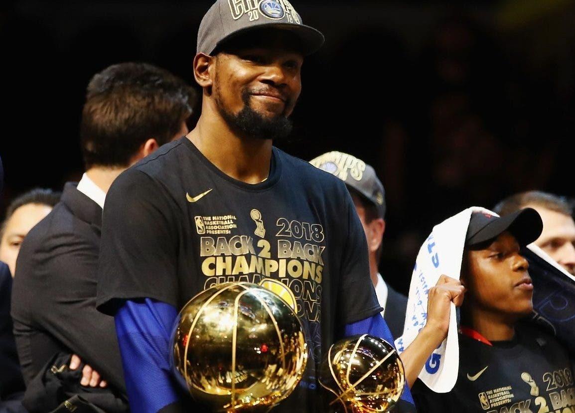 Kevin Durant de los Warriors, celebra su elección como  JMV de la final ante los Cavaliers.
