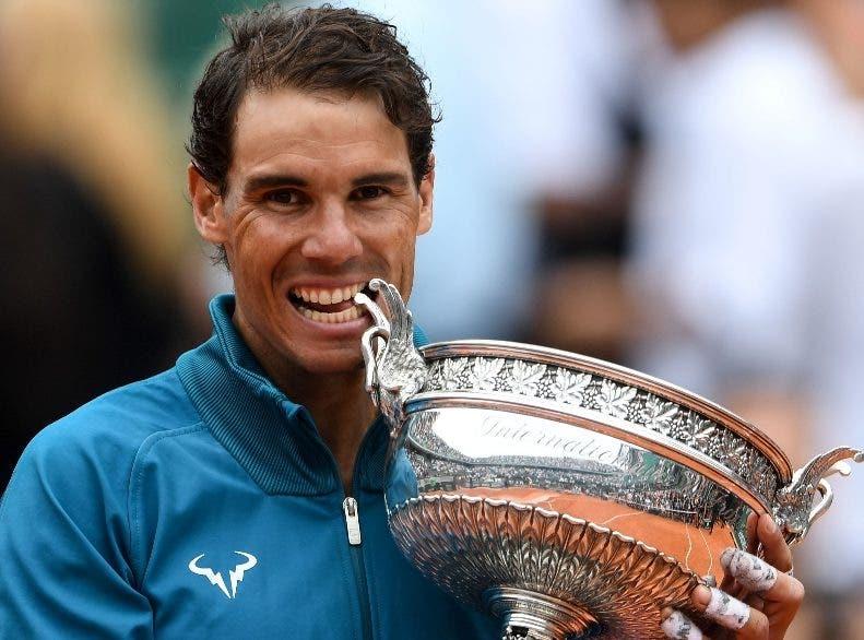 Rafael Nadal festeja con el trofeo de campeón.