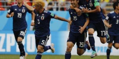 Jugadores de Japón, encabezados por Yuya Osako, mientras celebran la victoria  frente a la selección de Colombia por 2-1. AP