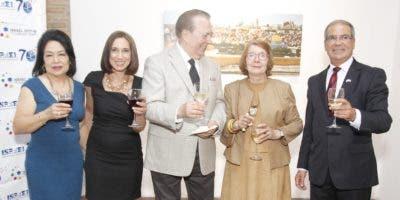 Ana Yee de Cury,  Patricia Mano Tolentino, Eduardo Selman,  Marianne Tolentino y Daniel Saban, durante la apertura de la exposición.