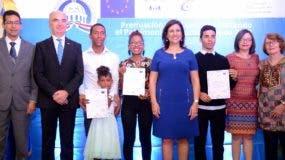 Margarita Cedeño; el embajador de la Unión Europea, Gianluca Grippa, junto a directores de la entidad y los ganadores.