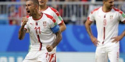 Aleksandar Kolarove celebra luego de anotar el gol que definió el triunfo de Serbia.  Ap