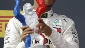 Lewis Hamilton celebra con el trofeo. AP